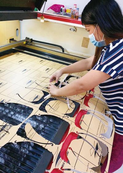DOST-SEIが支援している高校生がフェイスシールドの製造の手伝いをしている