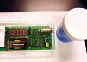 開発した放射性物質保管容器と、その遮へい効果を測定している様子